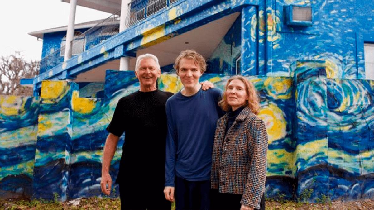 pais pintam casa estilo van gogh para filho autista nao se perder - Pais pintam a casa em 'estilo' Van Gogh para filho autista não se perder!