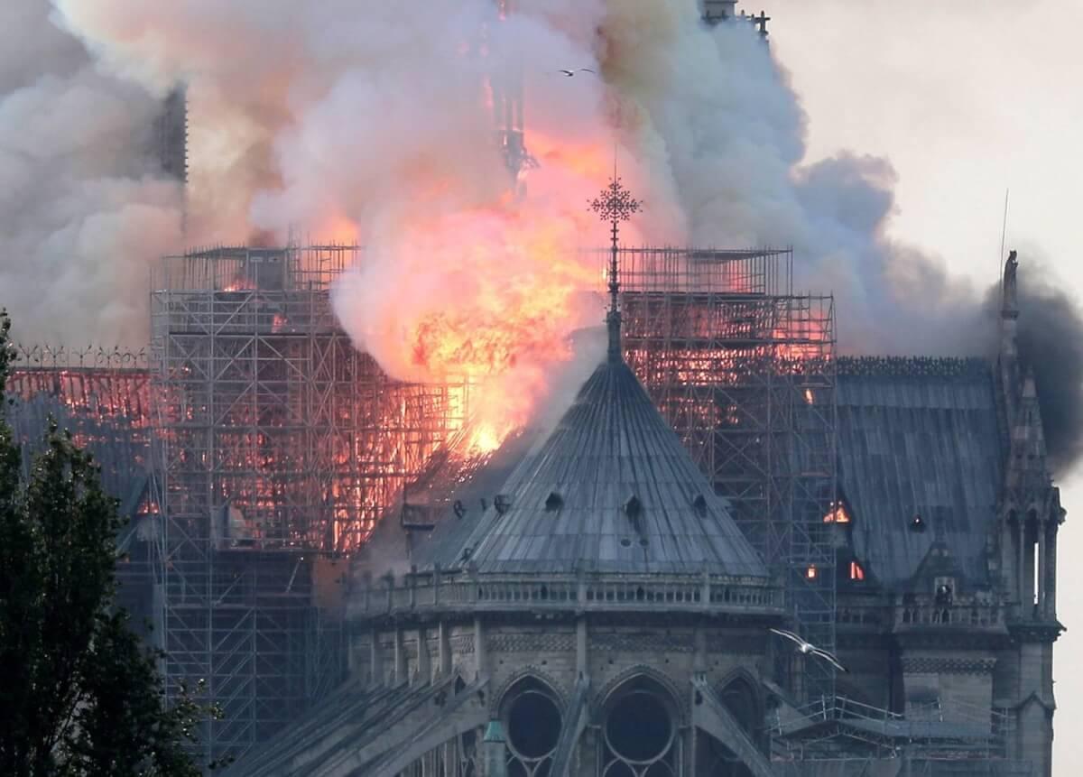 notre dame incendio paris 15042019145343344 - Catedral de Notre Dame sofreu um incêndio e nada melhor que a poesia para homenageá-la