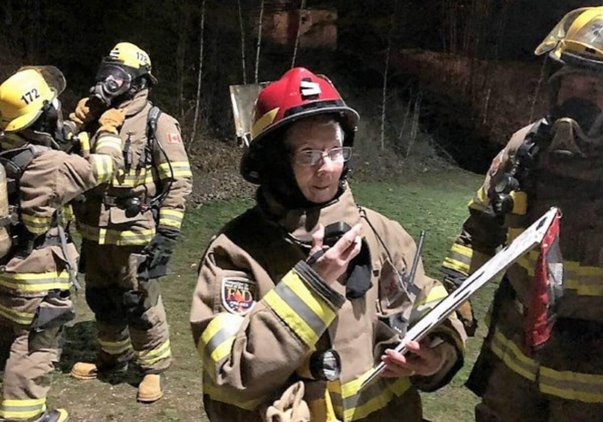 vovo bombeira2 - Vovó se 73 anos é voluntária dos Bombeiros para se sentir útil!