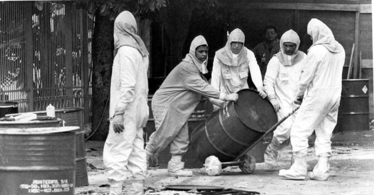 acidente com cesio 137 em goiania tecnicos retiram lixo radioativo das areas contaminadas 1504131720359 956x500 - Tentativa de esquecer o maior acidente radiológico de Goiânia é apontada em pesquisa da UFG