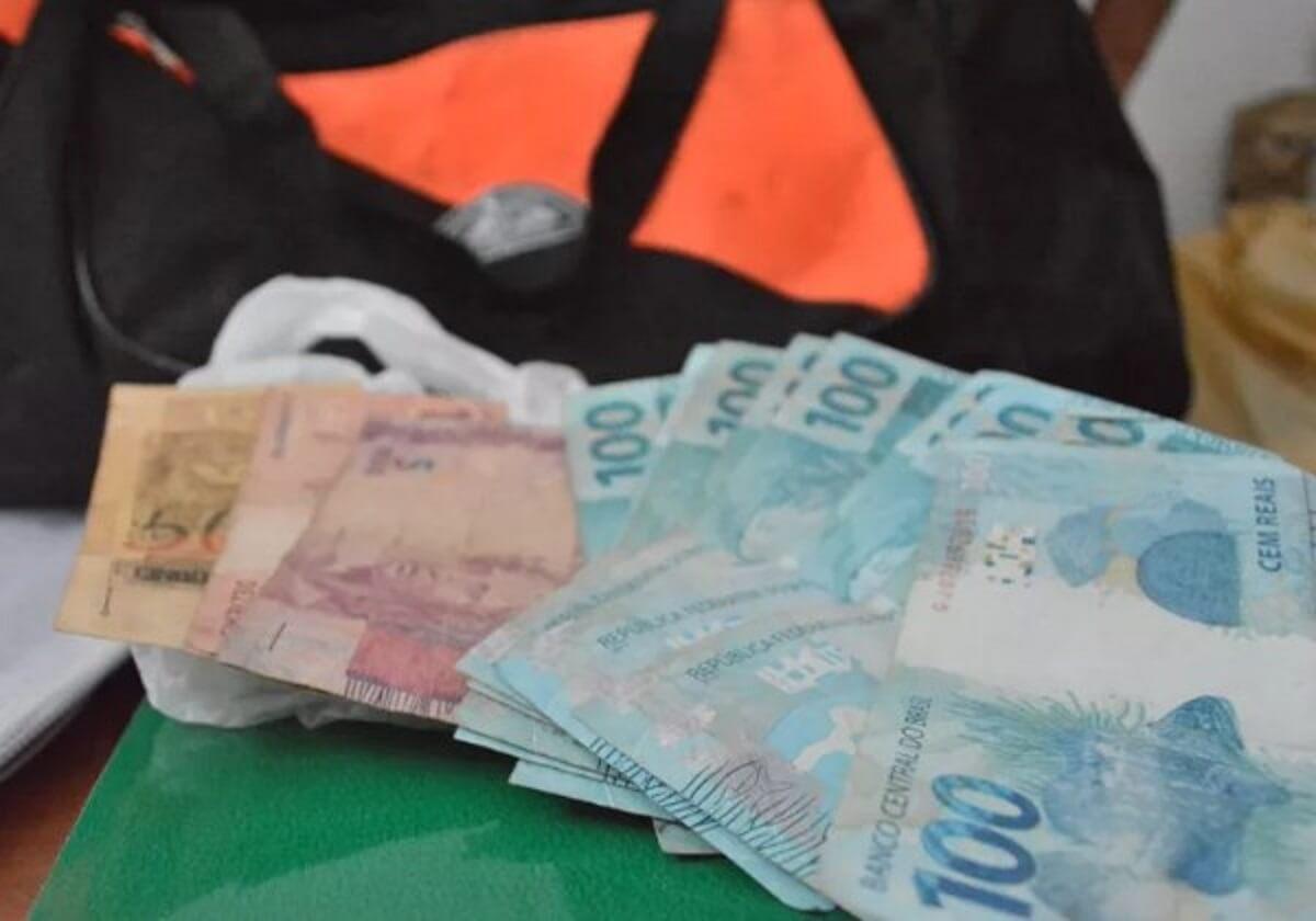 garis devolve2 - Garis devolvem bolsa com mil reais encontrada na rua