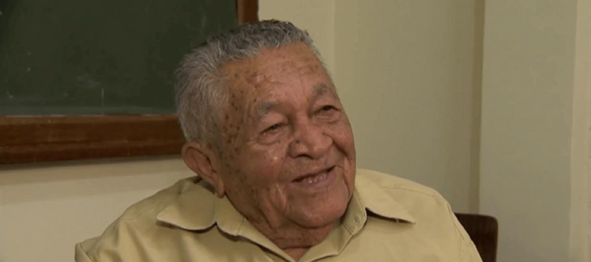 200 696x309 - Lança livro de poesia em MG, idoso que se formou no ensino médio aos 91 anos