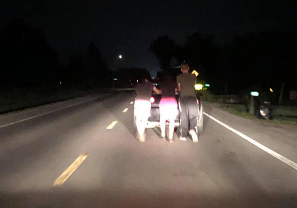 jovens empurram carro close - Adolescentes empurram carro quebrado para ajudar uma mulher à noite, por 9km!!