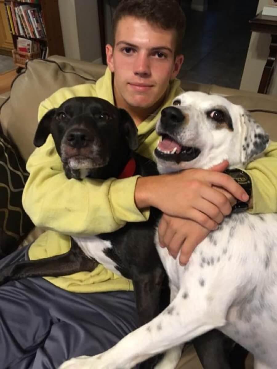 """dogs with son 545x727 - Abandonada por ser """"carinhosa"""", Cachorrinha é adotada por família tão amorosa quanto ela!"""