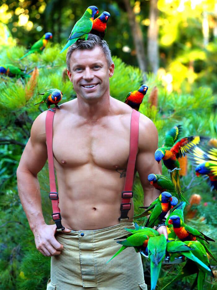 133 - Bombeiros australianos posam com animais para o calendário de caridade 2020 - haja fogo!