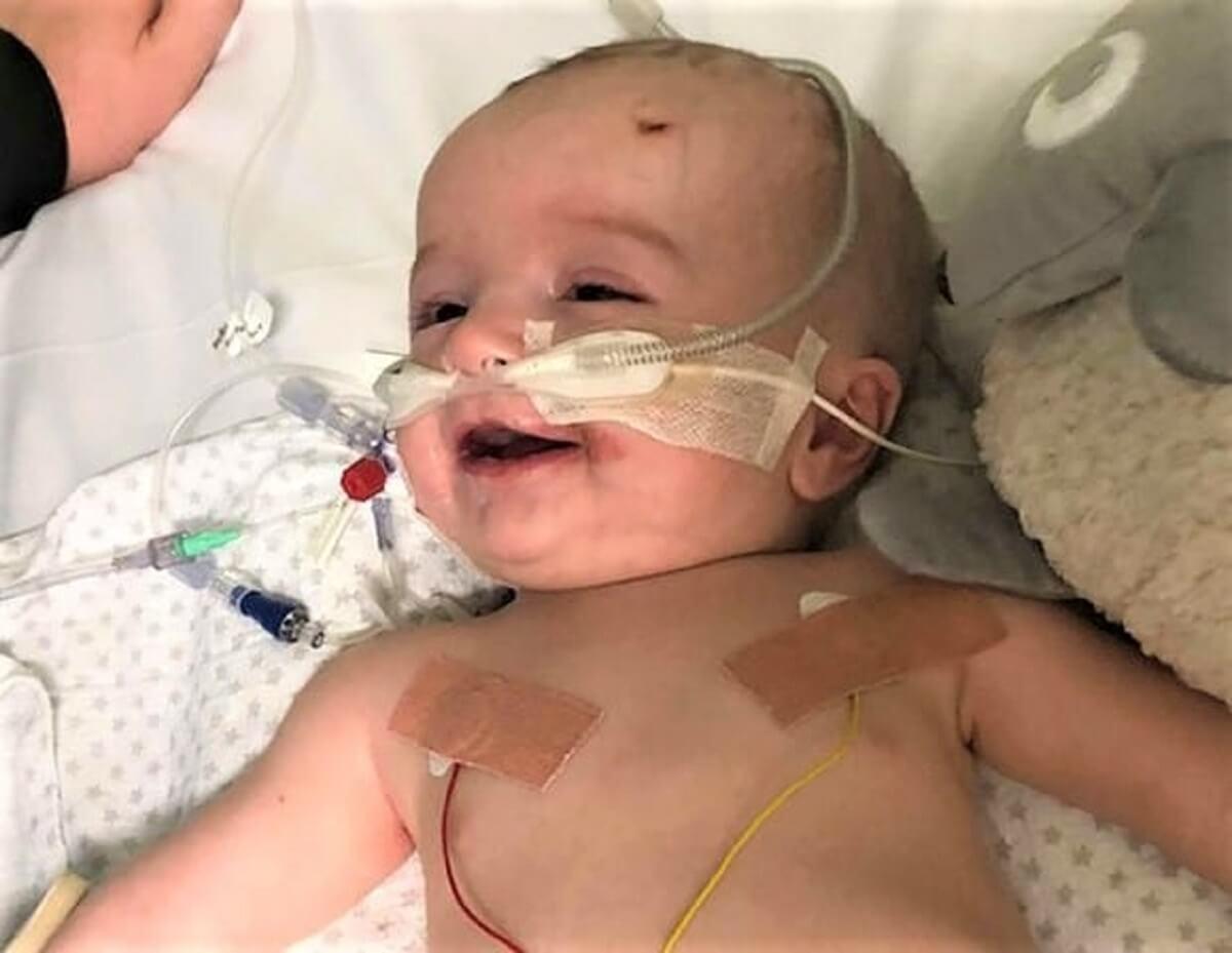 bebê em coma 2 - Bebê acorda depois de seis meses em coma e dá um lindo sorriso para o pai