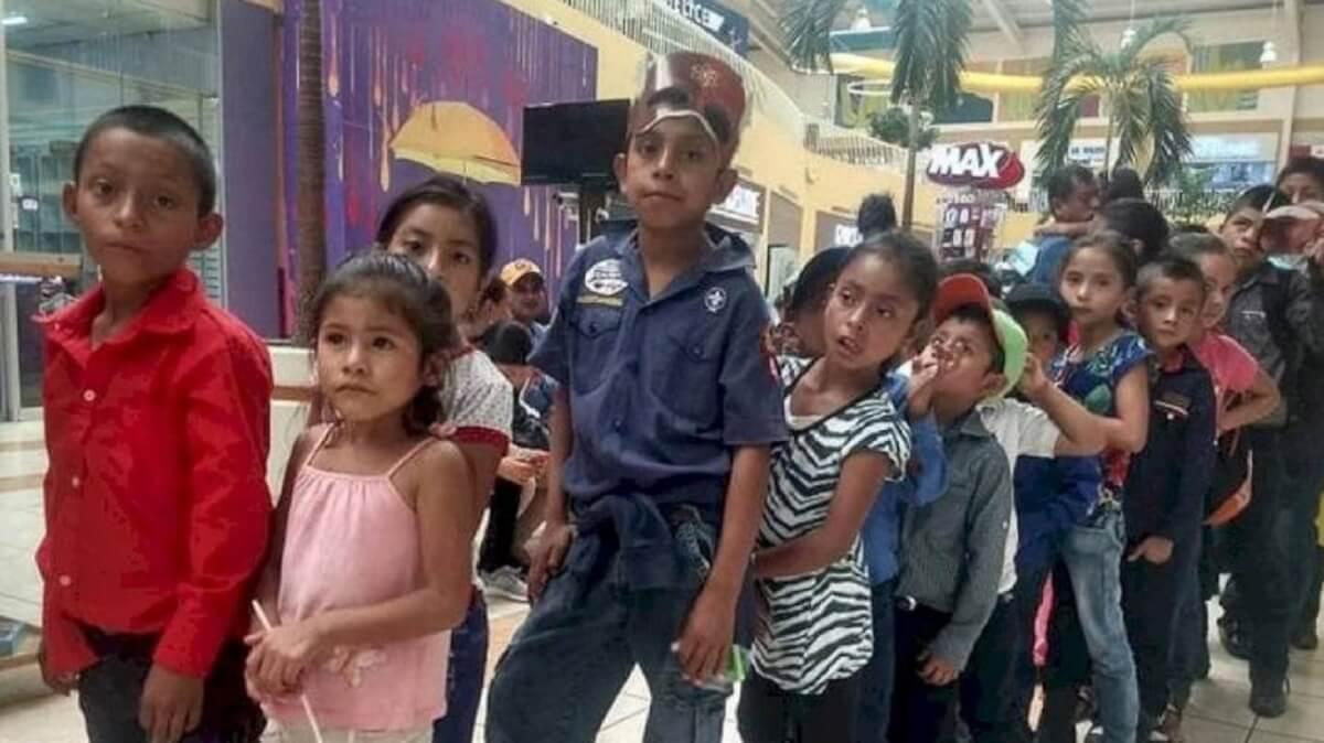estudantes foram ao cinema pela primeira vez 1570651831586 v2 900x506 - Professor presenteia seus alunos levando-os ao cinema pela 1° vez!