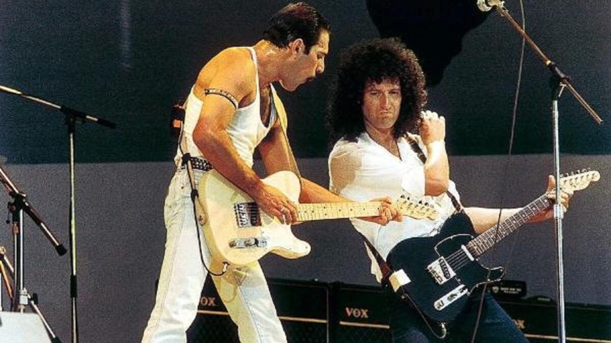 freddie mercury e brian may durante o show do live aid no estadio de wembley em 1985 1557270679173 v2 600x337 - Relato de Brian May sobre Freddie Mercury te deixará emocionado! Confira!