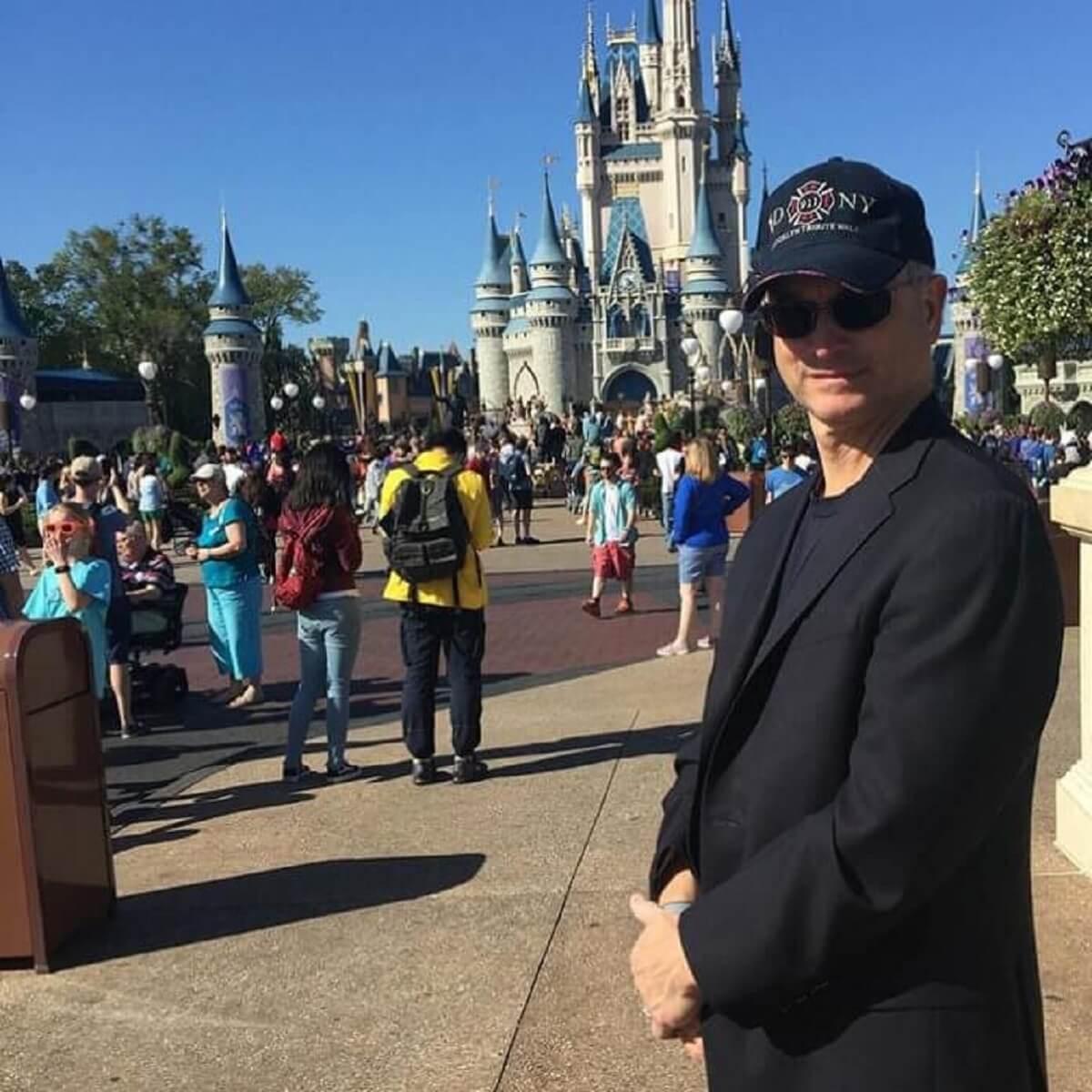 Fundação Gary Sinise3 - Ator de CSI levou mais de 1000 crianças para a Disney de graça!!