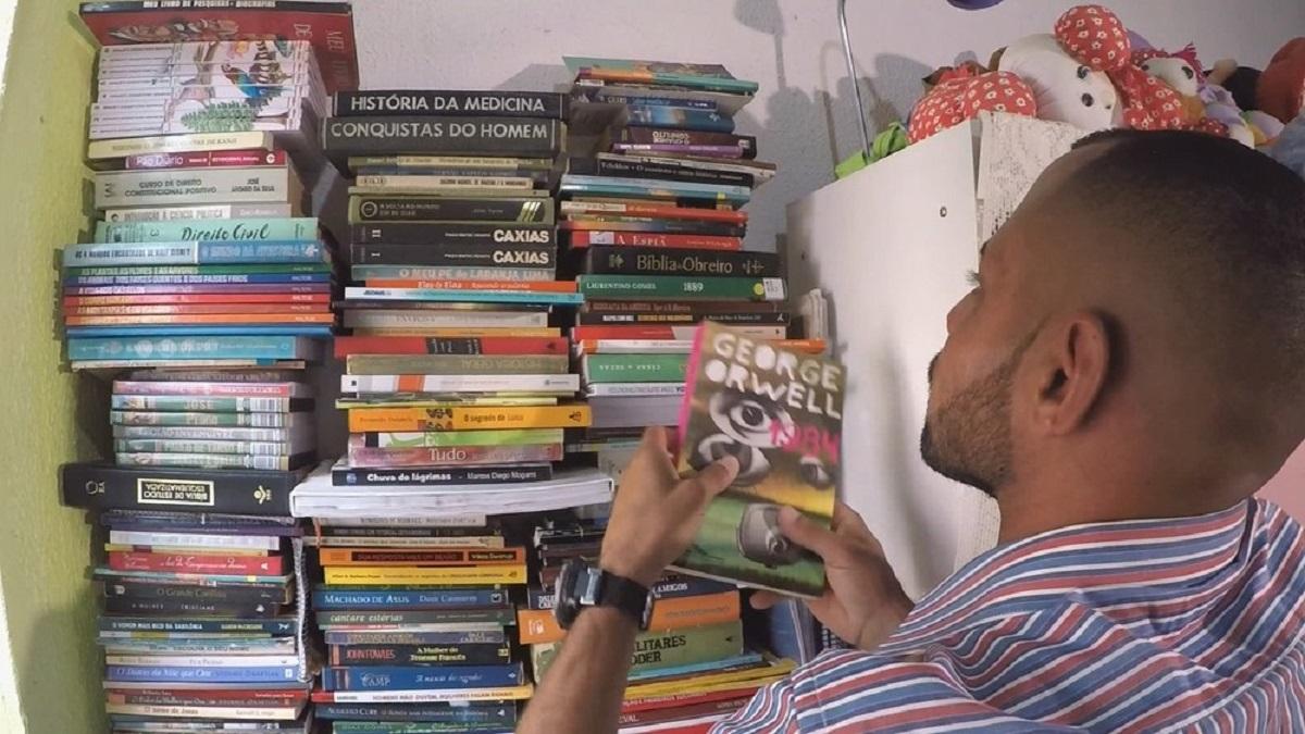 coletor livros 1 - Coletor monta biblioteca com livros encontrados no lixo, hoje com mais de 200 exemplares