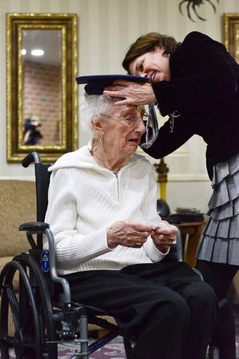 emocionante idosa de 97 anos chora ao ganhar o seu diploma de ensino medio2 scaled - Idosa de 97 anos se emociona ao receber seu diploma do ensino médio