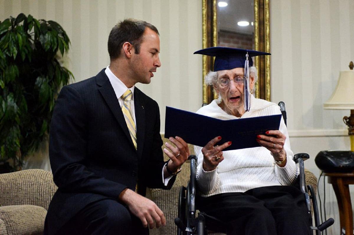 emocionante idosa de 97 anos chora ao ganhar o seu diploma de ensino medio4 - Idosa de 97 anos se emociona ao receber seu diploma do ensino médio