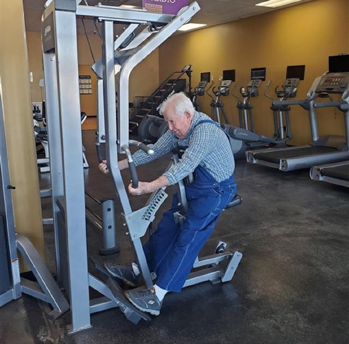 1 1 4 - Aos 91 anos ele se tornou o maior exemplo para todos que vão à academias!
