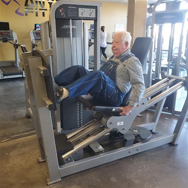 3 4 1 - Aos 91 anos ele se tornou o maior exemplo para todos que vão à academias!