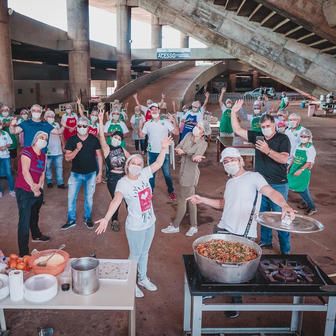 271b33efb53eb3062f6b1e802370059e - Maiara e Maraisa juntamente com Fernando Zor fazem marmitas para médicos de Goiânia