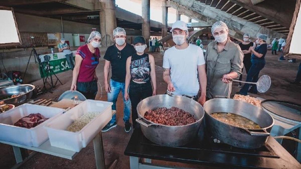 sertanejos e amigos cozinham para medicos em goiania 1585667433098 v2 750x421 - Maiara e Maraisa juntamente com Fernando Zor fazem marmitas para médicos de Goiânia