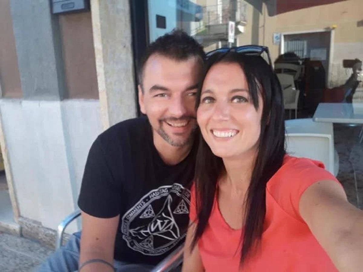 """1 12 - """"Romeu e Julieta da quarentena"""" casal se apaixona de suas varandas, na Itália"""