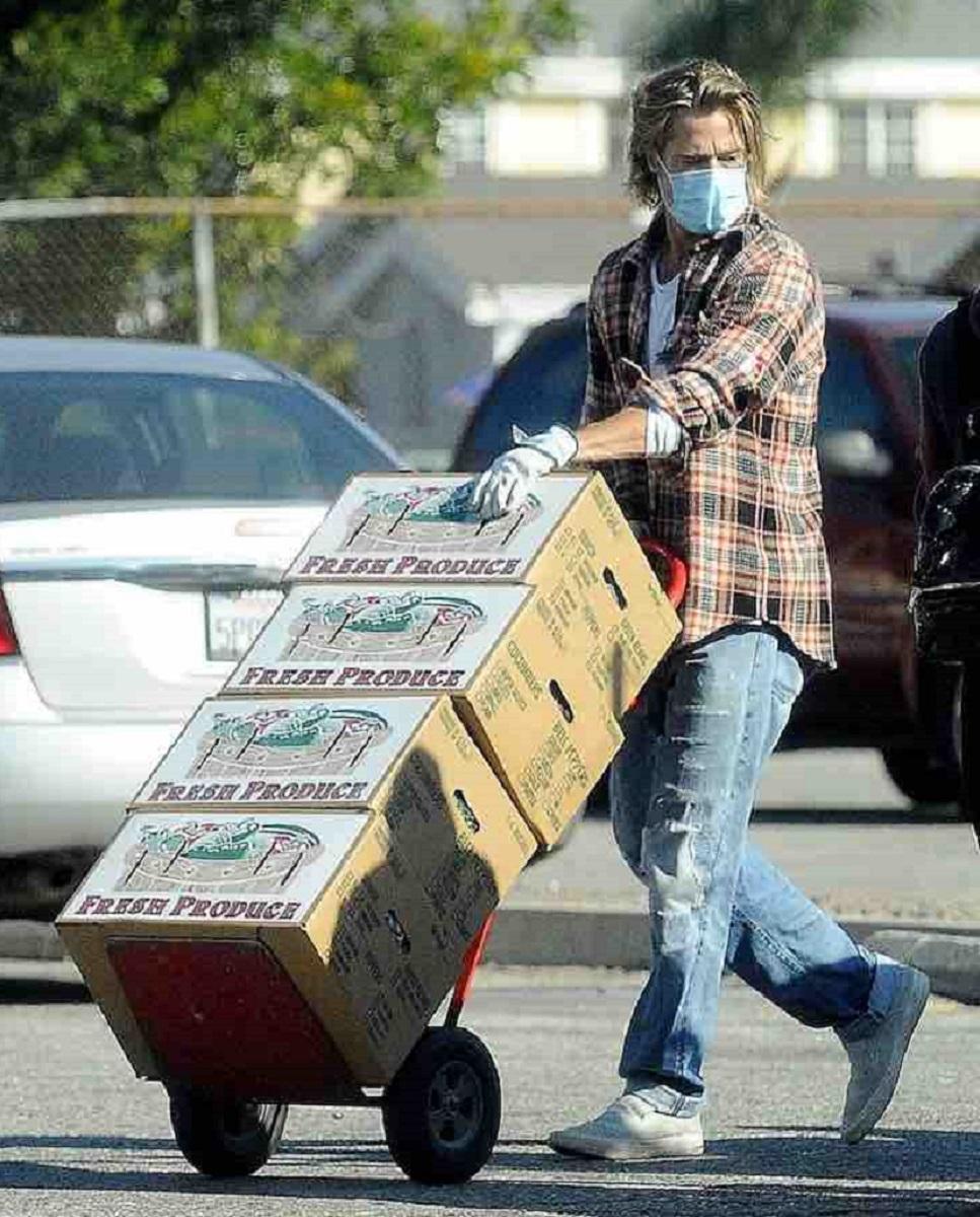 Brad Pitt volontario frutta e verdura - Brad Pitt faz o possível pelos mais necessitados entregando frutas e vegetais, e ninguém o reconhece